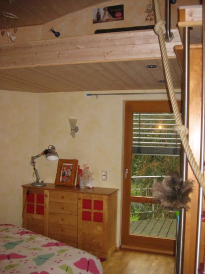 pin ein hochbett im kinderzimmer bietet stauraum f r. Black Bedroom Furniture Sets. Home Design Ideas